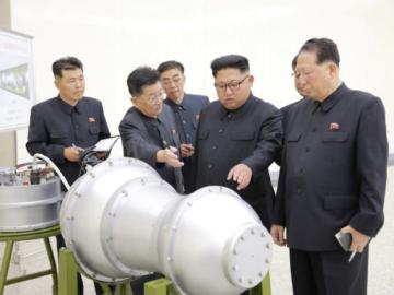 Ким Чен Ын во время визита в Институт ядерного оружия