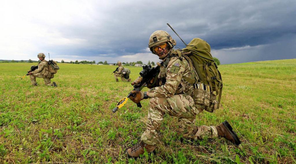 Солдаты британской армии участвуют в учениях