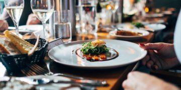 Как вести себя во время еды за столом